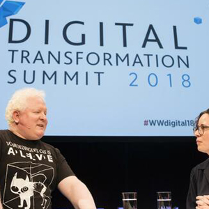 Zwei Personen auf der Digital Transformation Summit im Interviwe